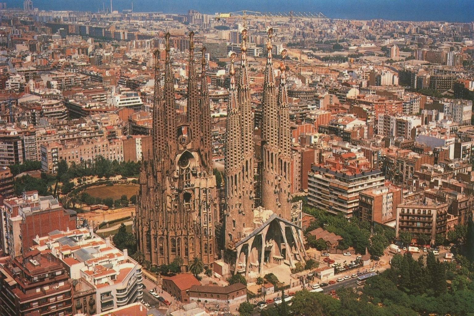 Peque o garaje de 30 plazas junto sagrada familia en barcelona for De la sagrada familia